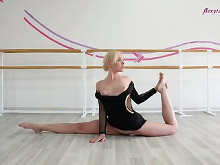 Flexible gymnast Anna Sigarga does the split and shows yummy pussy